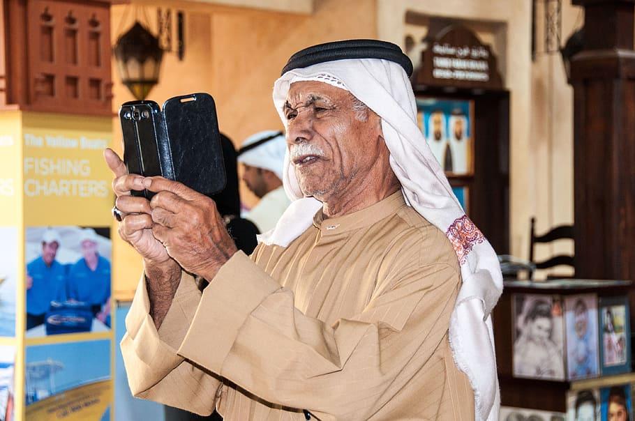आजकल बुजुर्गों में बढ़ रही है स्मार्टफोन की लत